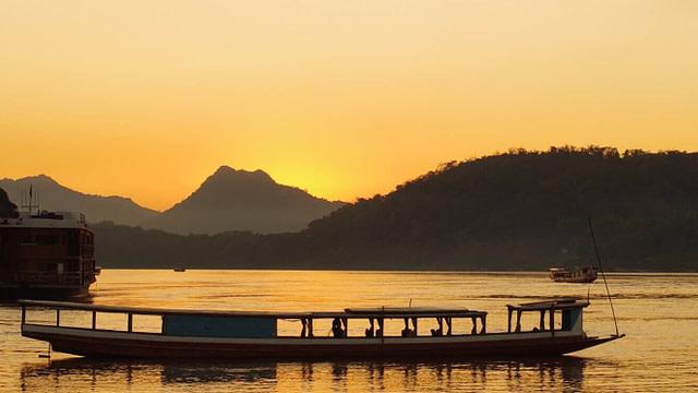 ラオス・ルアンパバーンでのメコン川夕景
